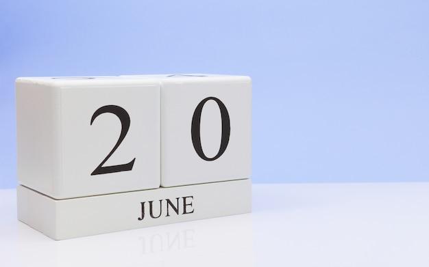 20 de junio. día 20 del mes, calendario diario sobre mesa blanca.