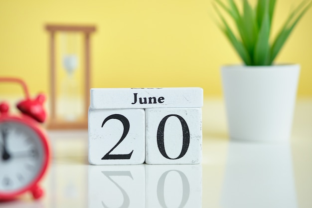 20 vigésimo día junio mes calendario concepto en bloques de madera.