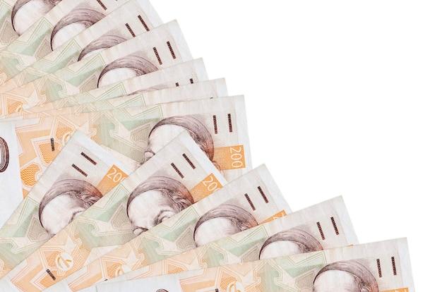 200 billetes de coronas checas se encuentran aislados en la pared blanca con espacio de copia apilados en ventilador de cerca. concepto de tiempo de pago u operaciones financieras