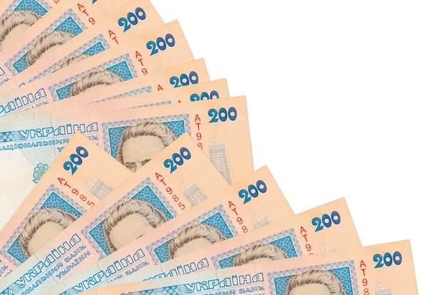 200 facturas de grivnas ucranianas se encuentra aislado sobre fondo blanco con espacio de copia apilados en el ventilador cerrar