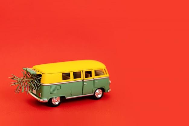 2019 coche hippy en miniatura con abeto sobre fondo rojo