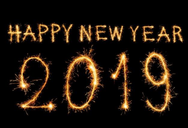 2019 feliz año nuevo texto con fuegos artificiales de chispa aislados en negro