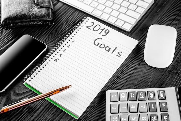 2019 objetivos en su cuaderno. concepto de resoluciones de año nuevo. vista superior.