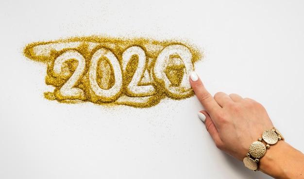 2020 dígitos del año nuevo escritos en glitter