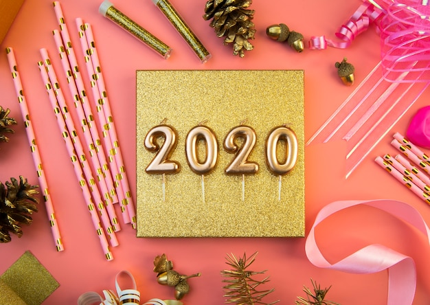 2020 dígitos del año nuevo sobre fondo rosa