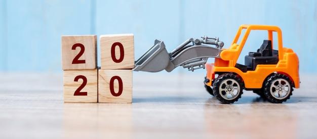 2020 feliz año nuevo con camión miniatura