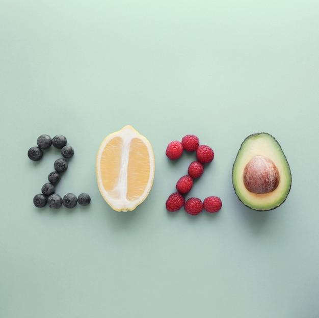 2020 hecho de alimentos saludables sobre fondo pastel