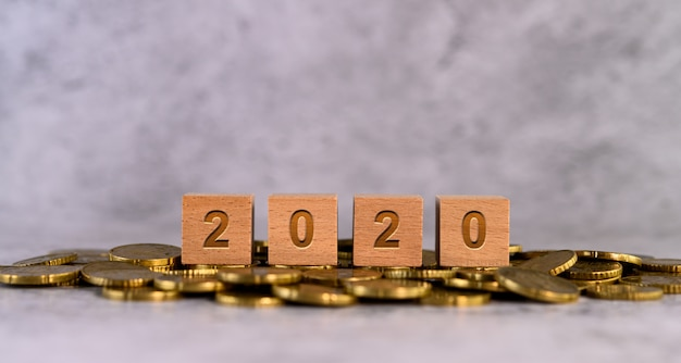 2020 palabras alfabeto cubo de madera letras colocadas en una moneda de oro