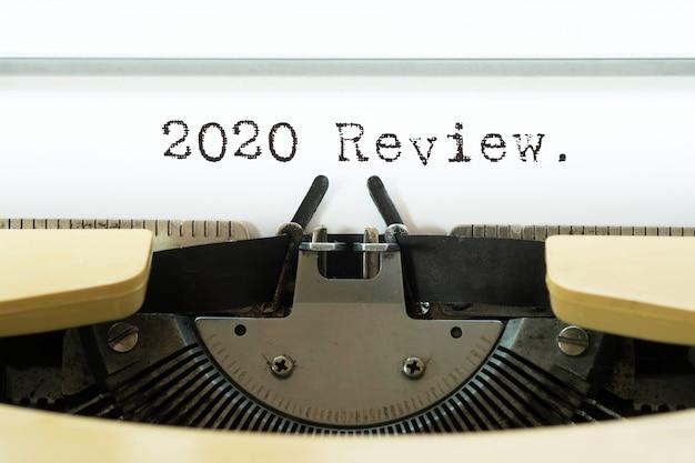 2020 revisión palabra escrita en una máquina de escribir vintage amarilla.