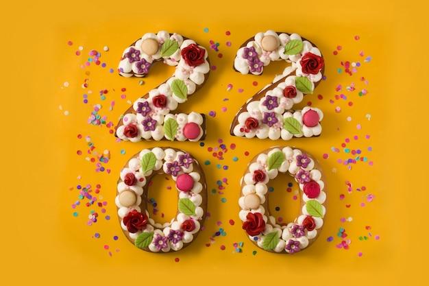 2020 tortas y adornos en superficie amarilla