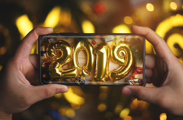 2021 globo de oro entre la decoración de navidad. vista superior
