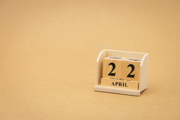 22 de abril: calendario de madera sobre fondo abstracto de madera vintage. día de la tierra