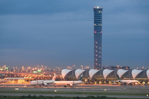 El 22 de octubre de 2017 el aeropuerto de suvarnabhumi tiene dos aeropuertos internacionales que sirven bangkok, thaila