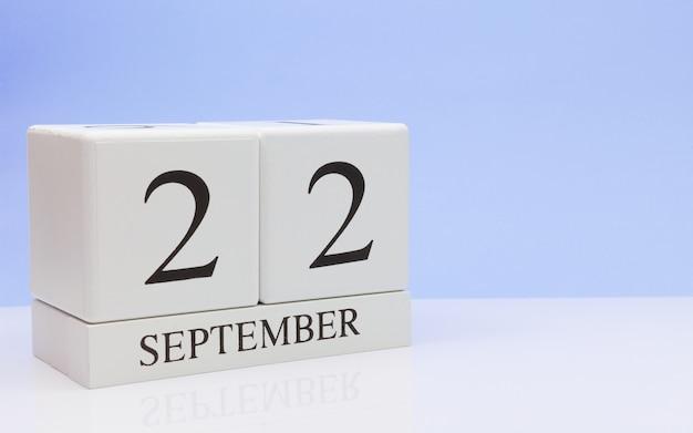 22 de septiembre. día 22 del mes, calendario diario sobre mesa blanca con reflexión.