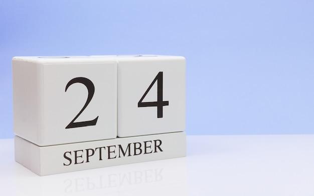 24 de septiembre. día 24 del mes, calendario diario en mesa blanca con reflexión.