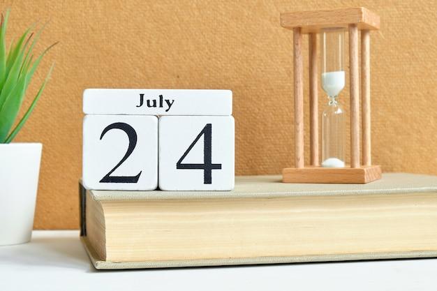 24 veinticuatro julio mes calendario concepto en bloques de madera.