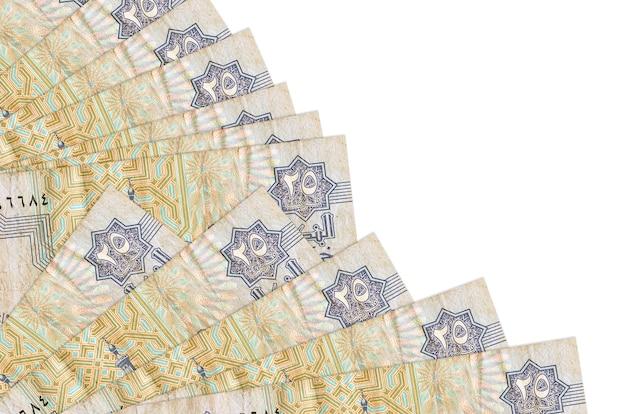 25 piastras egipcias facturas se encuentra aislado sobre fondo blanco con espacio de copia apilados en ventilador cerrar