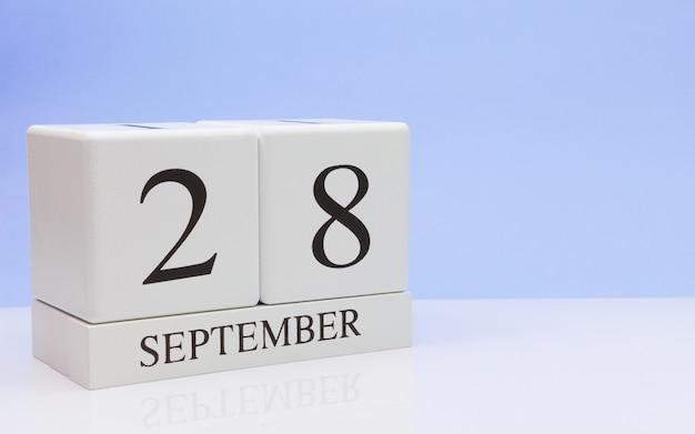 28 de septiembre. día 28 del mes, calendario diario sobre mesa blanca con reflexión.