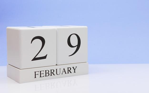 29 de febrero. día 29 del mes, calendario diario sobre mesa blanca.
