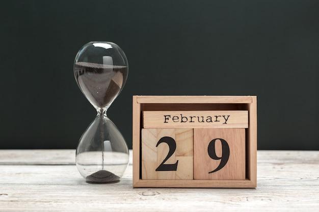 29 de febrero. día 29 del mes de febrero, calendario en madera. horario de invierno