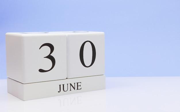 30 de junio. día 30 del mes, calendario diario sobre mesa blanca.