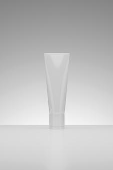 3d rendering belleza cosmética en blanco blanco envases de plástico producto tiro del estudio