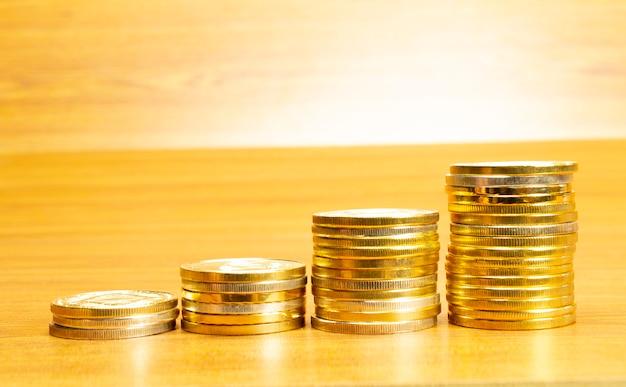 4 hileras de monedas dispuestas en orden ascendente