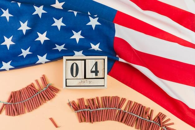 4 de julio en calendario con fuegos artificiales.