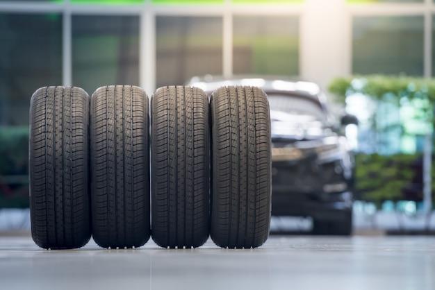 4 neumáticos nuevos que cambian neumáticos en el centro de servicio de reparación de automóviles
