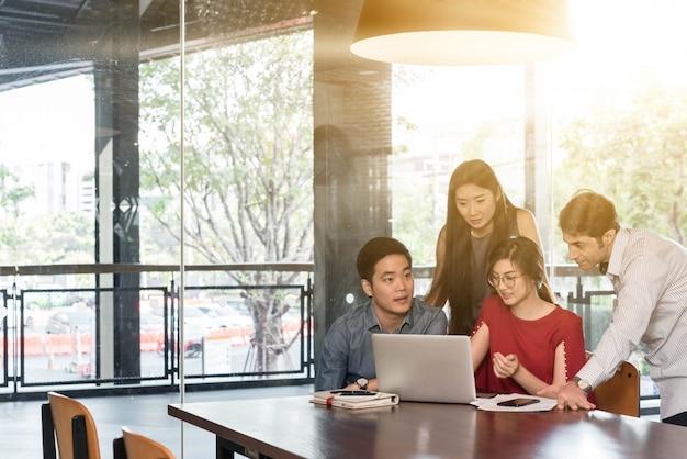4 personas reunidas en cafetería, conceptual de negocios casual