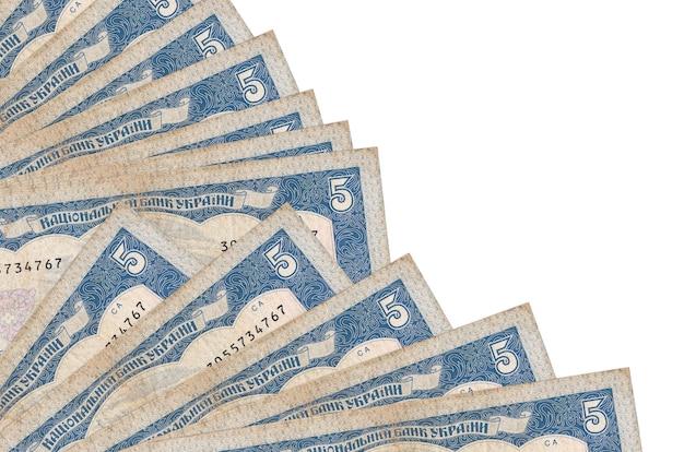 5 facturas de hryvnias ucranianas se encuentra aislado en la pared blanca con espacio de copia apilados en el ventilador de cerca. concepto de tiempo de pago u operaciones financieras