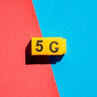 5g cubos a presión sobre fondo de dos colores