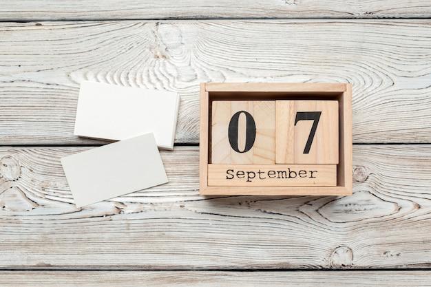 7 de septiembre. imagen del 7 de septiembre calendario de color de madera en madera.