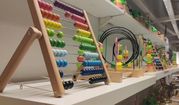 Ábaco de arco iris de madera para el cálculo de números concepto de aprendizaje de matemáticas