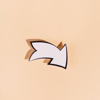 Abajo flecha direccional blanca sobre fondo beige
