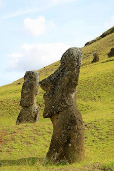 Abandonado enormes estatuas de moai en el volcán rano raraku, isla de pascua, chile