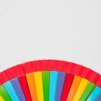 Abanico arcoiris sobre superficie blanca