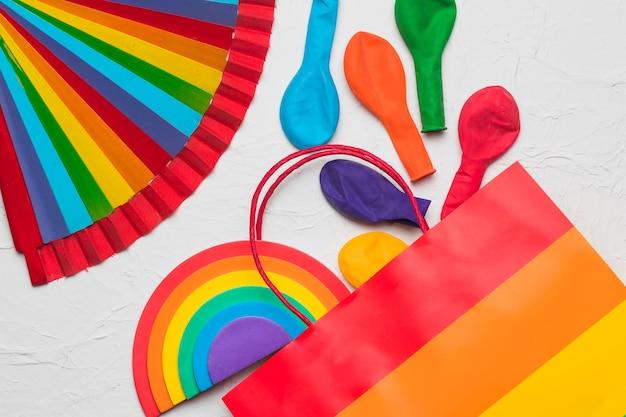 Abanico lgbt rainbow y elementos decorativos coloridos.