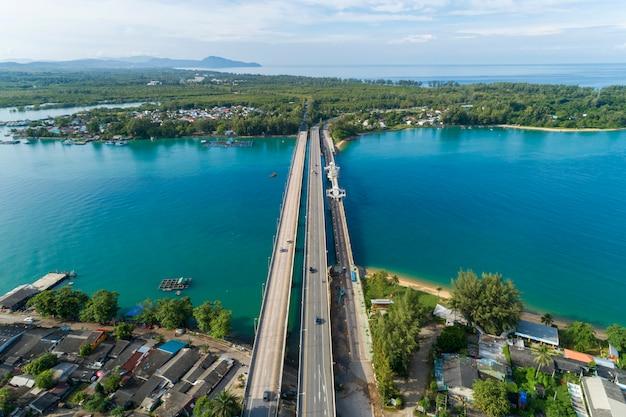 El abejón de la visión aérea tiró del puente con los coches en concepto del fondo del transporte de la imagen del camino del puente
