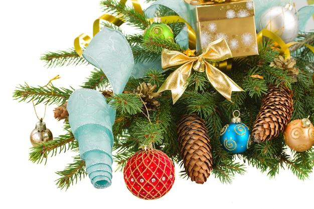 Abeto de hoja perenne verde y adornos navideños rojos con borde de conos