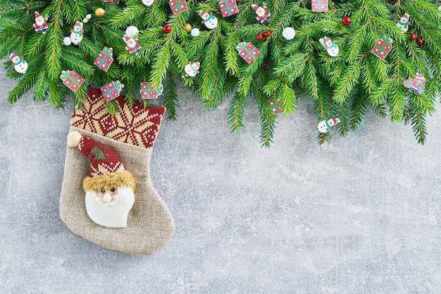 Abeto de navidad y calcetín de navidad decorativo en gris.