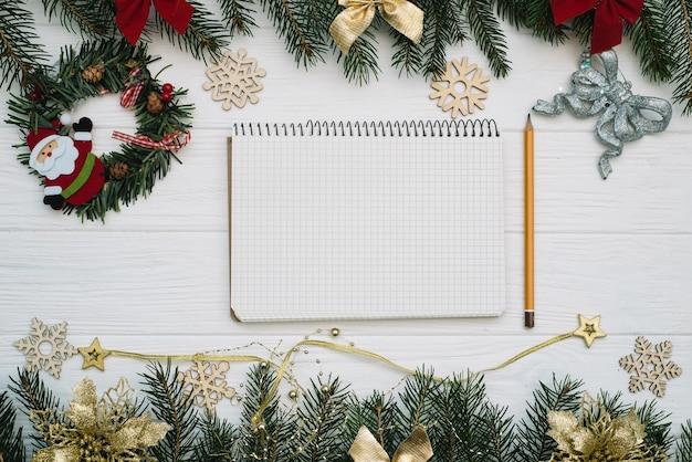 Abeto de navidad con decoración y brillos sobre fondo de madera. fondo de navidad en el escritorio de madera blanca