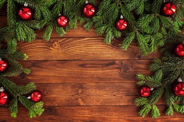 Abeto de navidad con decoración en una tabla de madera
