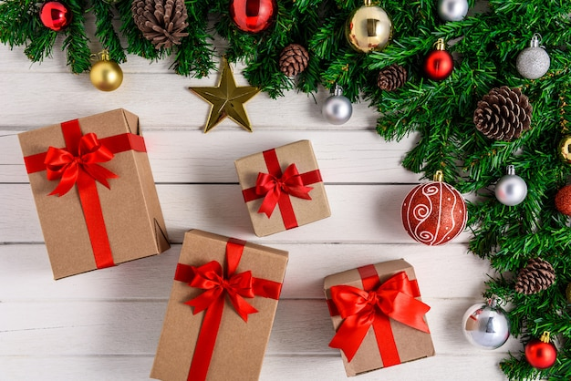 Abeto de navidad con decoración en tablero de madera blanca