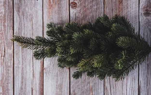 Abeto de navidad decorativo sobre fondo de madera. copie el espacio. enfoque selectivo.