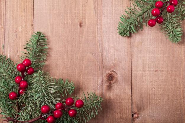Abeto de navidad sobre fondo de madera