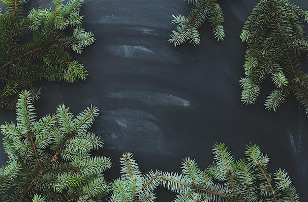 Abeto de navidad en la superficie oscura