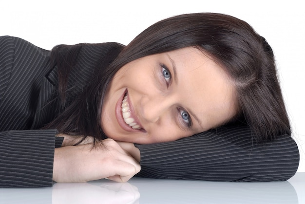 Abogada descansando con una sonrisa en el escritorio de oficina