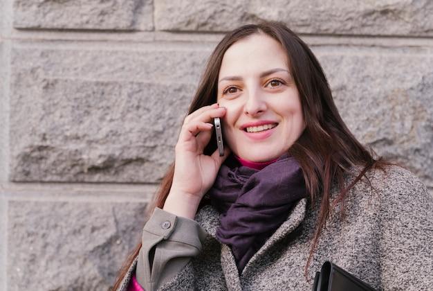 Abogada hablando por teléfono