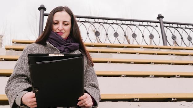 Abogada sentada en el exterior